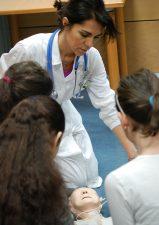 Cardiologie aperte_Marcella Camellini mentre insegna ai ragazzi la rianimazione cardiaca_2018